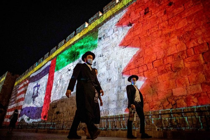 vign3_Jerusalem_wall_banners_of_UAE_IL_US